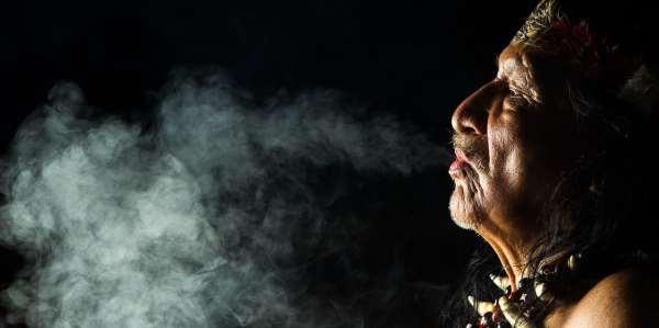 Chamán y humo